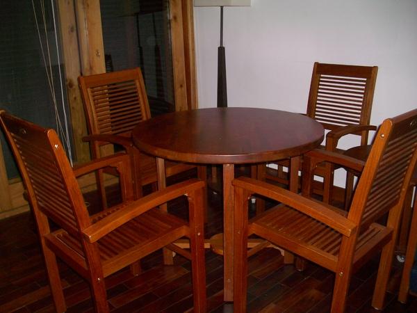 客廳有張小圓桌