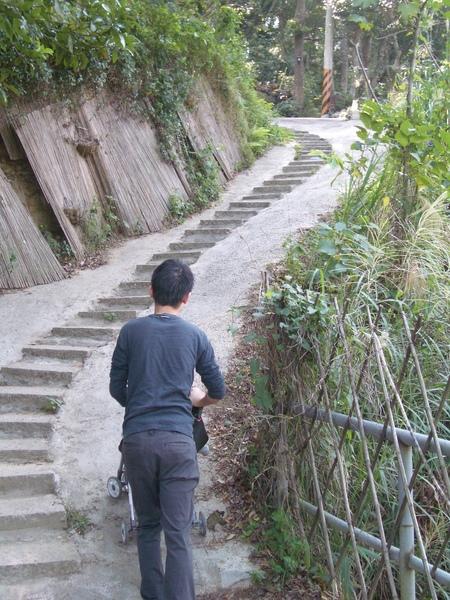 要進餐廳前先經過一個小橋,再走一小段樓梯