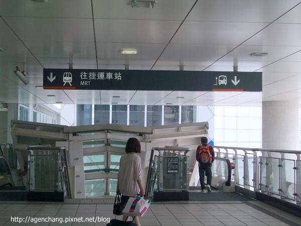 就看到捷運站入口