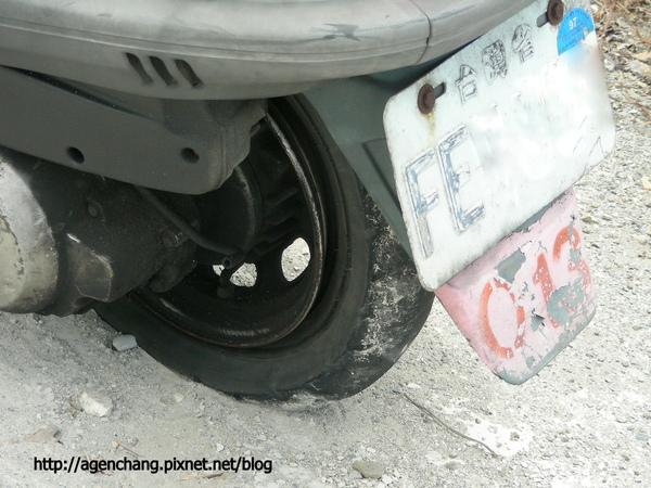 摩托車後輪爆胎了