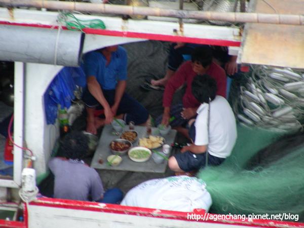 原來是船上漁夫在吃晚餐