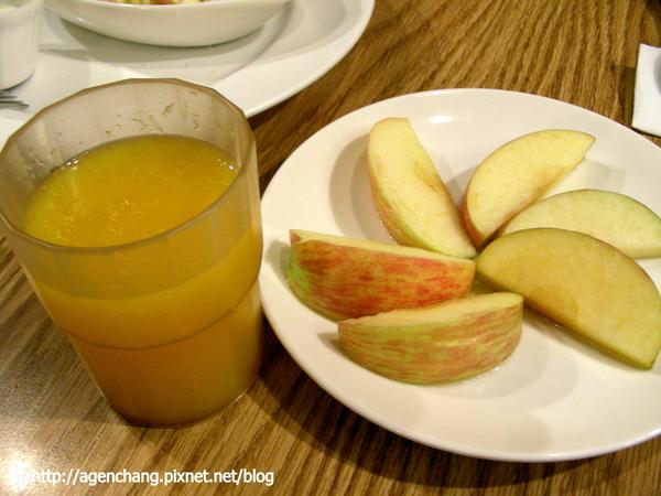 炒蛋套餐附的水果和柳橙汁