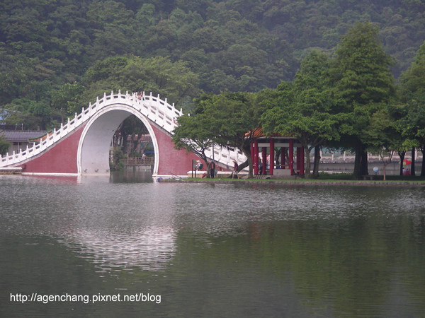 有座美麗的拱橋