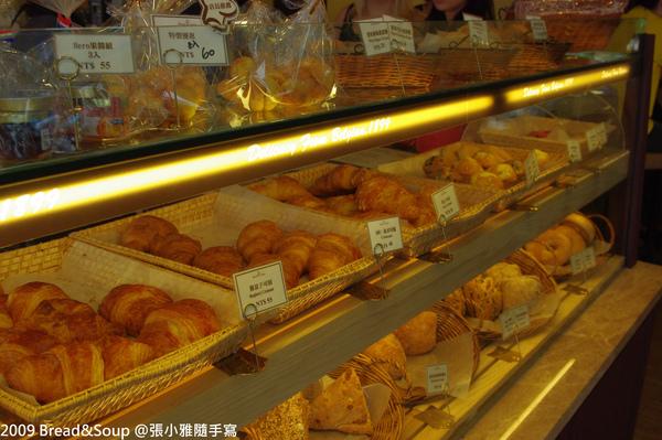 整個櫥櫃都是新鮮麵包