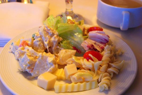 生菜沙拉和甜點水果自取、無限量供應