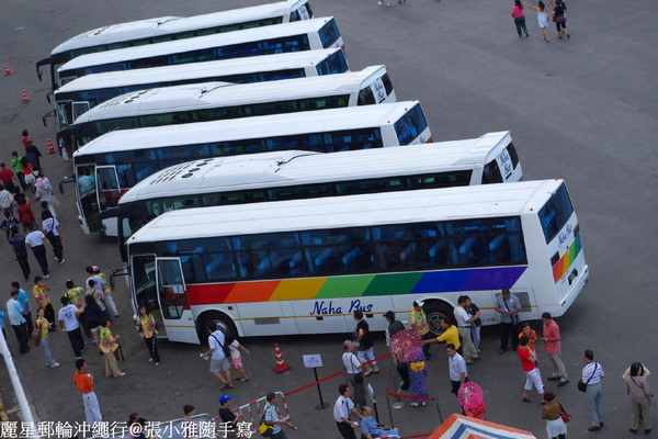岸上觀光的巴士已經列隊等待