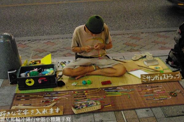 路上有很多這種街頭藝術家在賣自己的作品