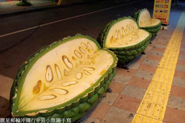 文化屋菓子店前的山苦瓜座椅,也是沖繩限定的喔!