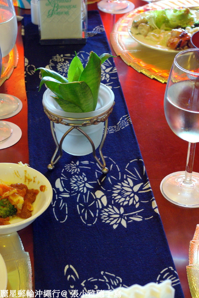 餐桌檯布正是他們的藍染作品