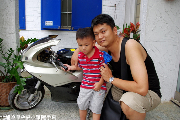 門口有台小摩托車