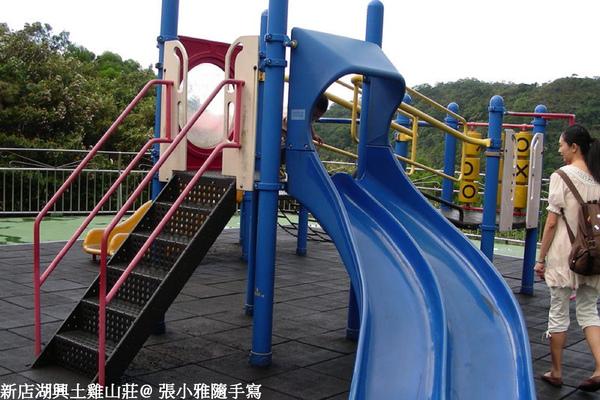 旁邊有兒童遊戲場