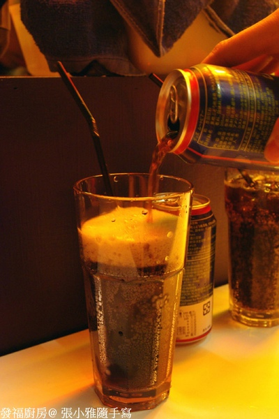 一瓶倒一個大杯子還裝不完