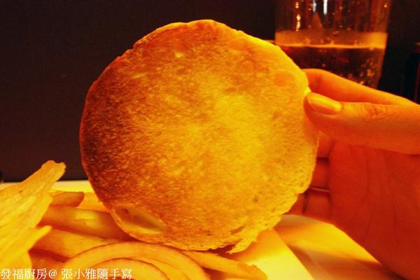 麵包裡外層都抹了奶油烤過,表面油量,內層酥脆
