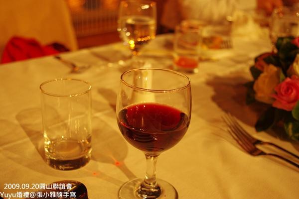 服務生會隨時過來倒紅酒