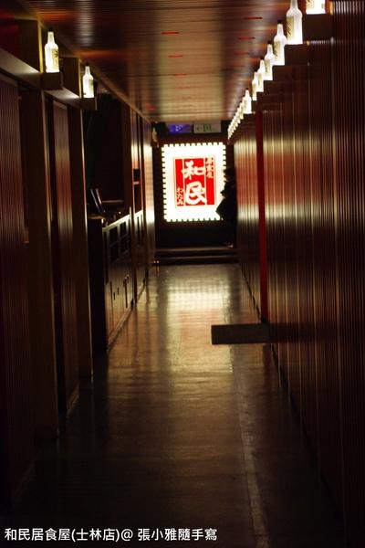 一進去是一條長廊