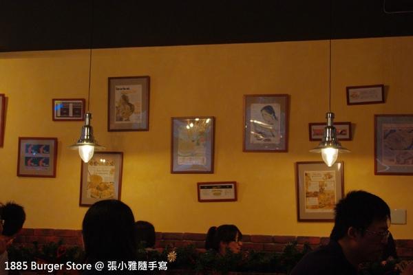 店內有面溫暖的黃牆