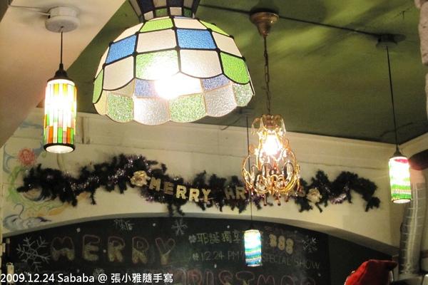 這家店特色就是有很多不同樣式的吊燈
