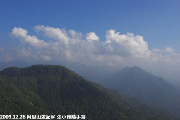 雲從山腳下冒出來