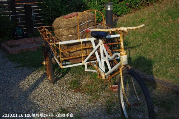老三輪車載著牧草,別有一番風情