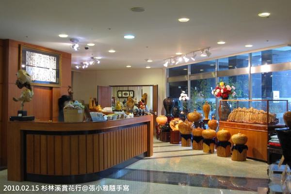 旁邊有專賣藝品和紀念品的販售區