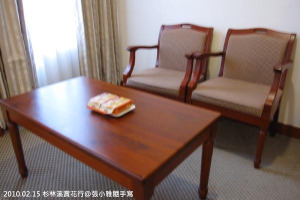 房內桌椅都很精緻簡單