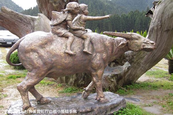 停車場旁的銅像