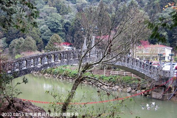 跨越河面的石拱橋