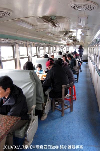 用平快車改建的座位區,讓遊客感受在老火車內吃便當的趣味
