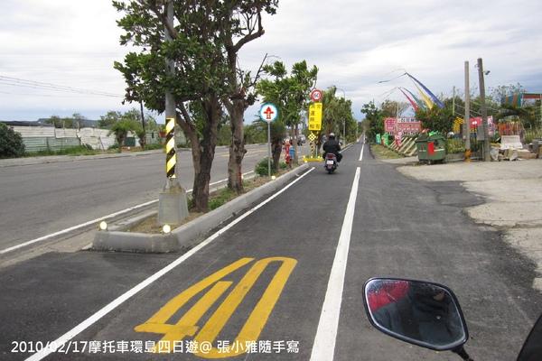 往恆春的路上,超大的馬路還有快慢車道分離