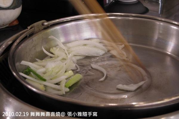 服務生會來示範壽喜燒煮法
