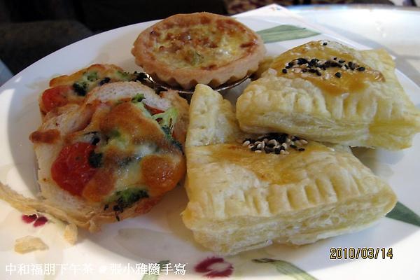 第三層:熱的鹹食,有鮪魚派、蔬菜起士吐司、鹹派