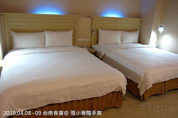 乾淨的白色寢具