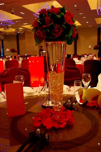 每桌桌上都有花瓣