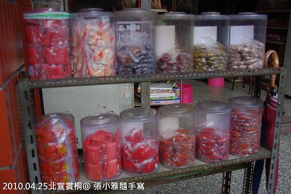 雜貨店門口有賣我們小時候很熟悉的零食