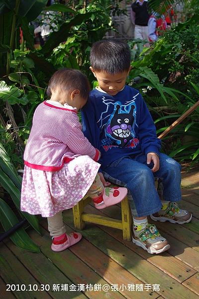 妹妹看到哥哥坐在椅子上硬是要爬上去
