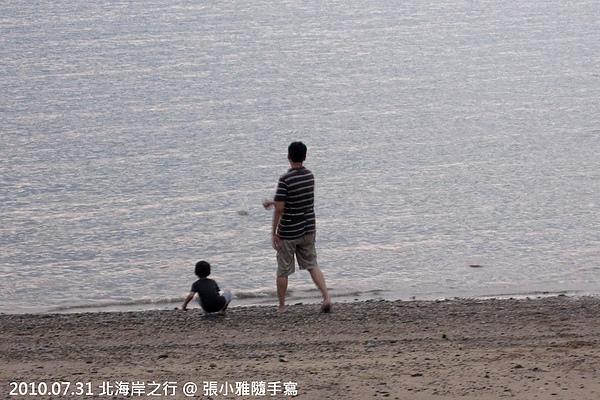 舅甥倆在海邊打水漂