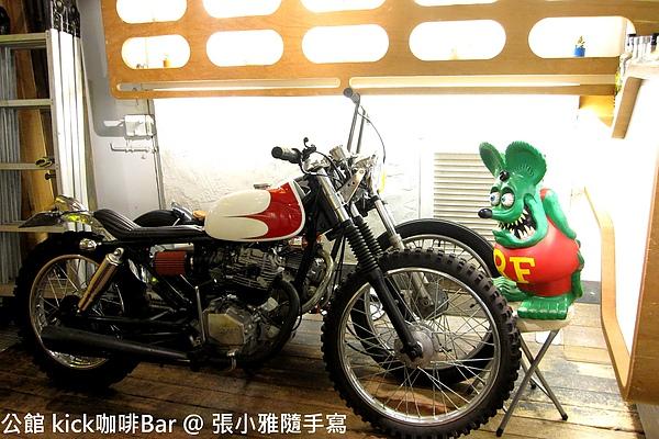 一進店門口,左手邊放了兩台帥氣摩托車