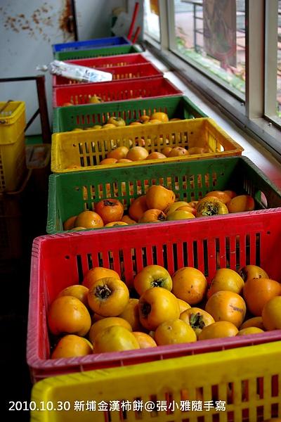 農家載來一箱箱的綠色柿子