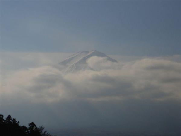 詭異的雲團開始慢慢地包圍富士山