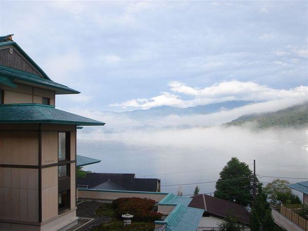 早上起床時, 中禪寺湖被濃霧籠罩