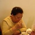 媽媽認真的吃著