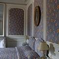 房間.  壁紙, 窗簾, 床罩全是同一系列花色