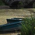 小河畔靜候的小船