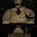 被戴上領帶的雕像