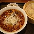 酸辣湯套餐 (酸辣湯麵+小籠包四顆+非常小盤的小菜)