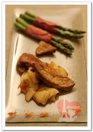 escalope de foie gras au rouleau d'asperge et pomme flambee au grand marnier.jpg