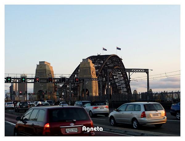 走到橋另一邊都快傍晚,是下班時間,車潮爆多