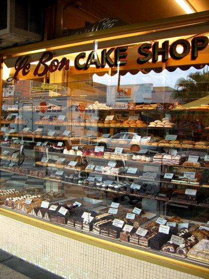 林立的蛋糕店 櫥窗裡擺滿蛋糕