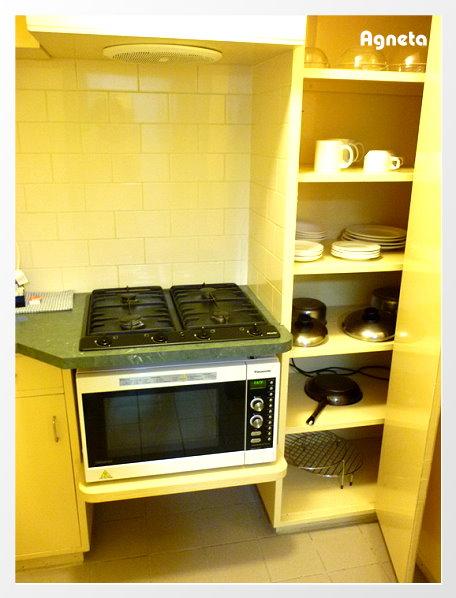 這台微波+烤箱真想帶走啊XDD  鍋碗瓢盆應有盡有了!