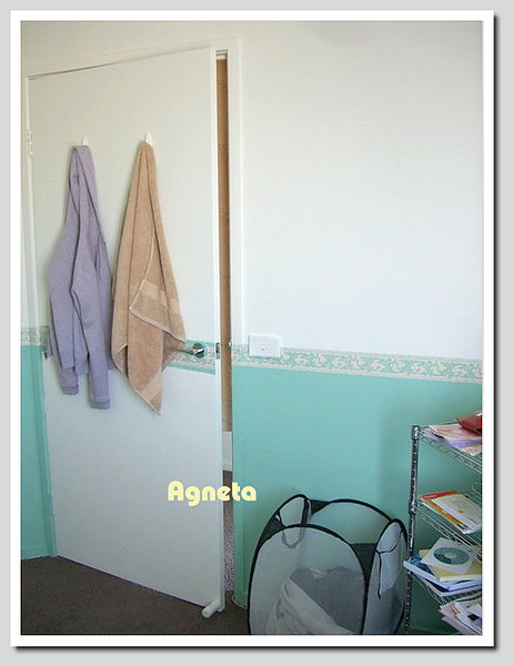 浴巾跟外套掛在門上